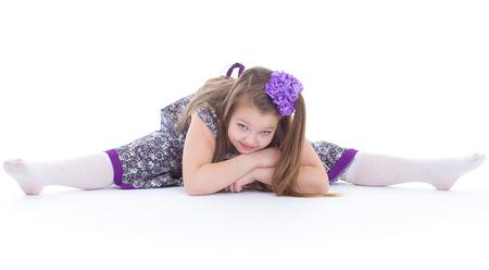 girl sport: ragazza, sport, esercizio fisico, e twine.- Una bella ragazza si siede su una cordicella. isolato su sfondo bianco.
