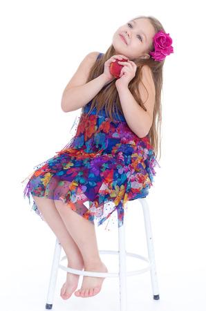 trenzas en el cabello: chica, moda, manzana y rosa-ni�a con el pelo trenzado y subieron manzana roja. aislado en el fondo blanco.