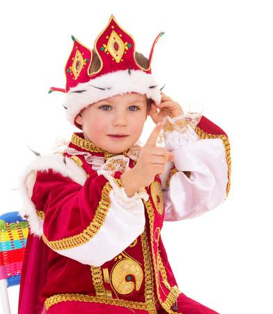 De kleine jongen verkleed als een koning, die op witte achtergrond