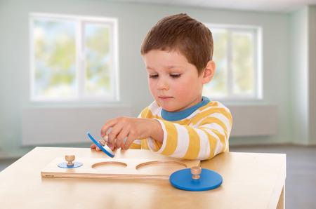 prodigy: giovane prodigio con interesse raccolto su uno sfondo ufficio di puzzle