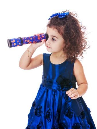 Een nieuwsgierig meisje dat door een telescoop kijkt.Isolated op een witte achtergrond.