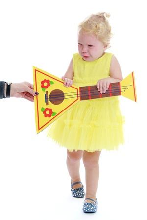 beroofd: meisje huilen, beroofde hij een toy.Isolated op een witte achtergrond, Lotus Childrens Center. Stockfoto