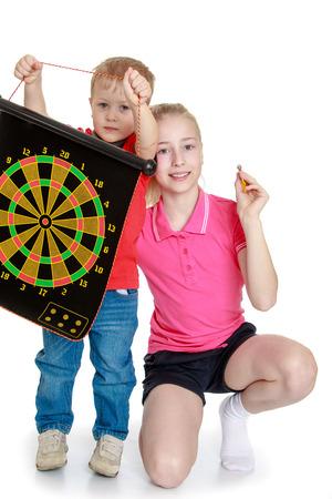 Broer en zus spelen van een spelletje darts.- geïsoleerd op een witte achtergrond