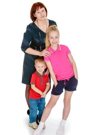 madre e hija adolescente: La madre de la familia, la hija adolescente y su hijo peque�o - aislado en fondo blanco