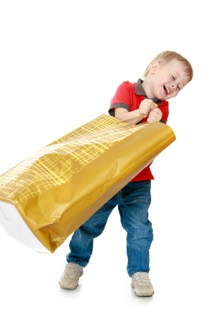 klein kind zwaaien met een grote papieren zak om te winkelen - geïsoleerd op een witte achtergrond