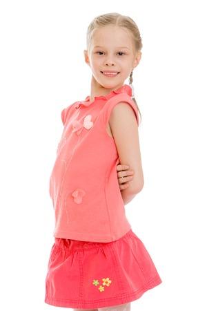 falda corta: linda chica rubia con coletas trenzadas pelo que usa la camisa roja y falda corta de color rojo, primer plano, aislado en fondo blanco