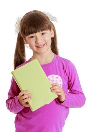 Mooi meisje in de leerplichtige leeftijd met zeer lange borstelige staarten op het hoofd en een korte pony dapper voor de camera met een dik boek
