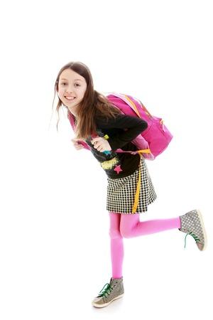 colegiala: Corriendo en alguna parte una ni�a con una mochila de color rosa. Aislado en el fondo blanco