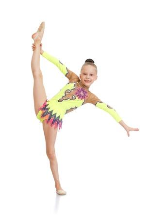 petite fille avec robe: Belle svelte petite fille gymnaste en maillot de bain de sport faire le grand �cart-isol� sur fond blanc Banque d'images