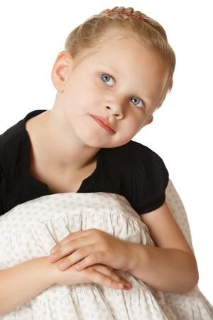 穏やかなグレー目少女彼女の膝を抱いて床に座って。どうやらトップを探して女の子何か白い背景で隔離の夢