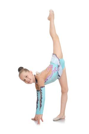 petite fille avec robe: Stylish little maillot de bain de sport de gymnaste pencha faire le grand �cart-isol� sur fond blanc