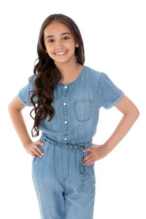 Slanke elegante donkerharige meisje Oosterse uitstraling, school leeftijd, gekleed in denim overalls. Close-up-geïsoleerd op een witte achtergrond Stockfoto