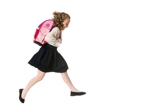 školačka: Radostné dívka školačka v bílé halence AI černá dlouhé sukně přeskočení ve spěchu, ona běží do školy, izolovaných na bílém pozadí