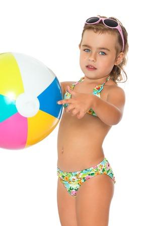 ba�arse: Hermosa chica rubia en un traje de ba�o sosteniendo una pelota. gafas de sol oscuras de la ni�a de cabeza - aislado en fondo blanco