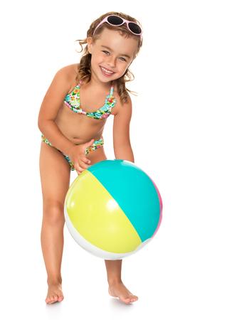 Schöne, zierlich, gegerbt Mädchen im Badeanzug am Strand spielen mit einem großen Ball - Isoliert auf weißem Hintergrund Standard-Bild