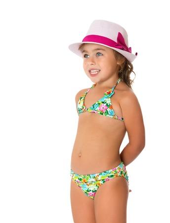 Glückliches kleines Mädchen in einem Badeanzug in einem rosa Hut - isoliert auf weißem Hintergrund
