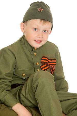 Petit garçon en uniforme d'un soldat soviétique pendant la Seconde Guerre mondiale. sur la poitrine d'un garçon George tape - isolé sur fond blanc Banque d'images