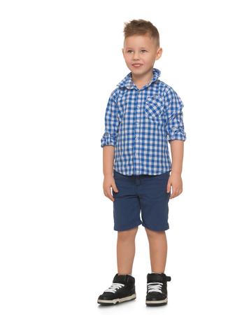 美しいオシャレな髪型とかで少し金髪の少年青いショーツと白い背景の分離 - 青い格子縞のシャツ