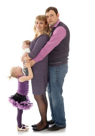 familia abrazo: Tierno abrazo En una familia en un pequeño bebé recién nacido - aisladas sobre fondo blanco