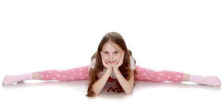 Mooi meisje met lang bruin haar om haar middel. Meisje het meisje is zeer flexibel, ze doet de spleten op de vloer - geïsoleerd op een witte achtergrond