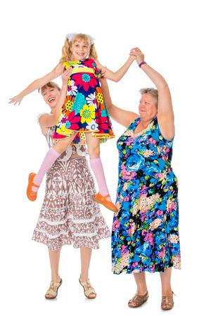 母と祖母は彼の最愛の娘の手で上げ、白い背景の上の孫娘分離