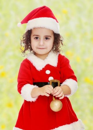 Los Niños Vestidos Como Santa Claus Sentado En La Decoración