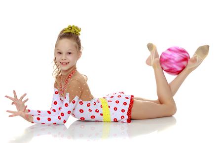 Gymnast tut Übungen mit einem Ball Standard-Bild - 77732515