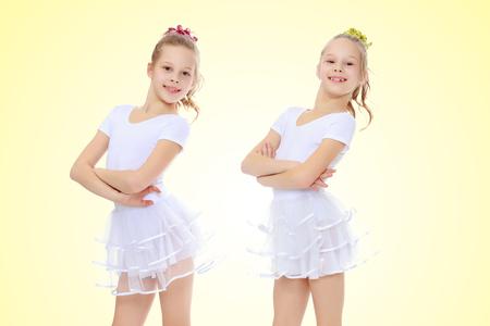 2 Mädchen Turnerin in weißen Anzügen. Standard-Bild - 77828351