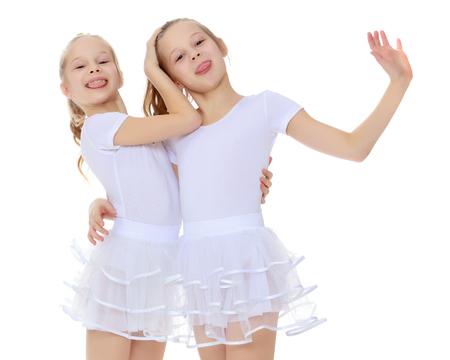 2 Mädchen Turnerin in weißen Anzügen. Standard-Bild - 78570136