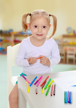 shool: The girl draws with markers