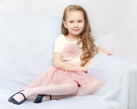 Belle petite fille de 5 à 6 ans. Banque d'images - 80193670