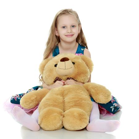 Schönes kleines Mädchen mit langen blonden Haaren in einem schlauen blauen Kleid Standard-Bild - 80465240