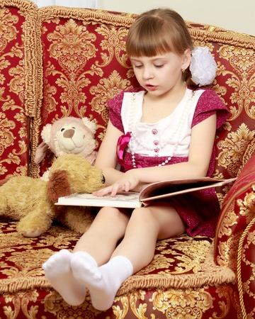 테디 베어있는 어린 소녀.