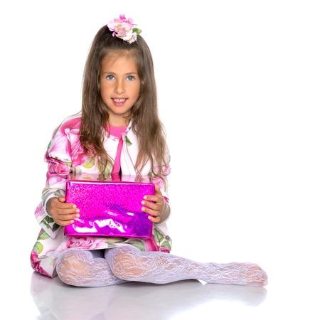 Petite fille est assise sur le sol. Banque d'images - 89909174