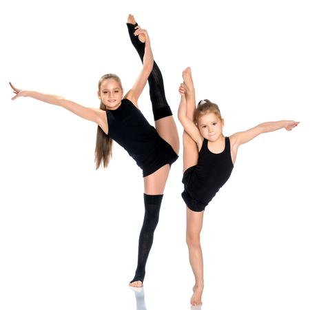 Las gimnastas de las niñas se calientan.