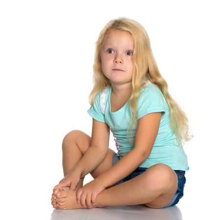 Petite fille est assise par terre. Banque d'images - 96909516