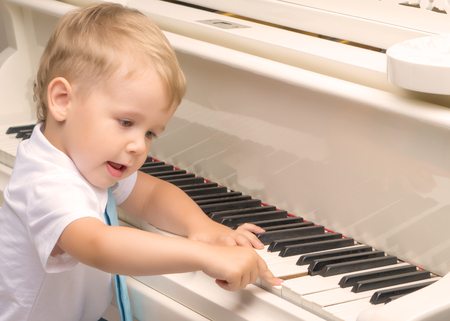 Little boy playing the piano Banque d'images