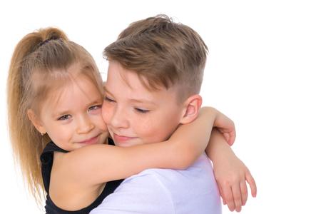 兄弟姉妹は抱き合う。