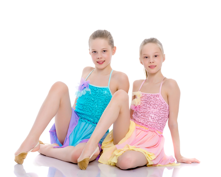 Girls gymnasts sit on the floor. Stockfoto