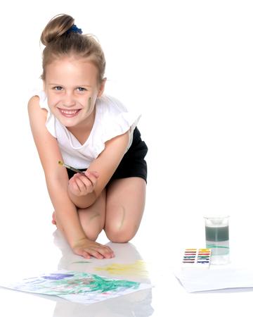 A little girl draws paints on her body Banco de Imagens - 105270829