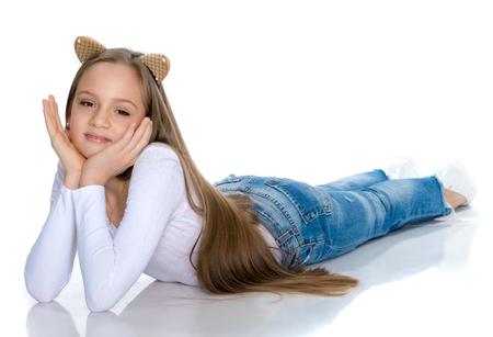Een tienermeisje ligt op de vloer Stockfoto