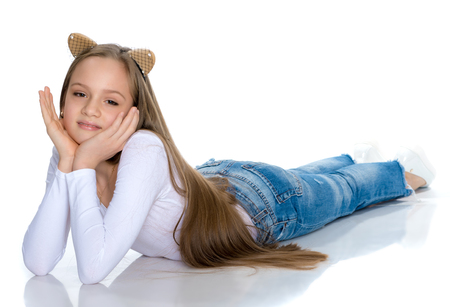 Una ragazza adolescente giace sul pavimento Archivio Fotografico