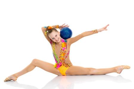 la gimnasta realiza un elemento linfático en el suelo.