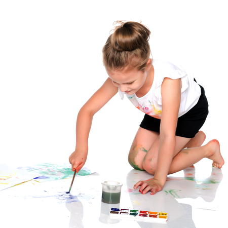 A little girl draws paints on her body Banco de Imagens - 107211123