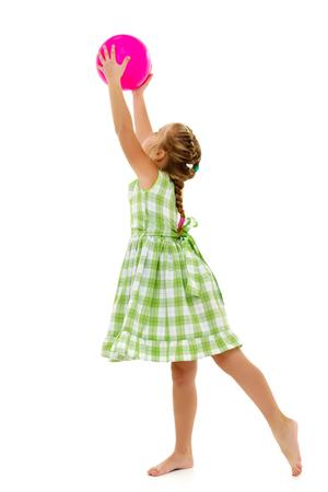 Het kleine meisje vangt de bal. Stockfoto