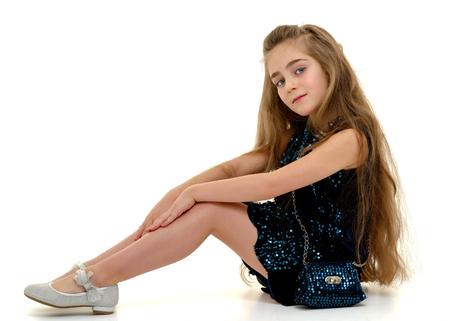 Bambina che abbraccia le sue ginocchia.