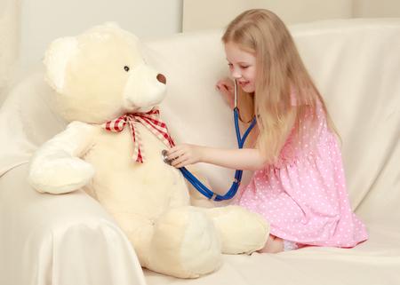 La niña está jugando al doctor