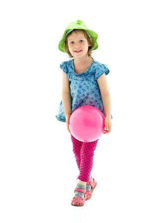 Kleines Mädchen spielt mit einem Ball Standard-Bild