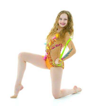 Een meisjesturner voert oefeningen uit met een springtouw. Stockfoto