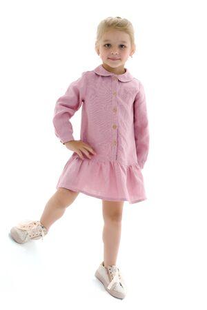 Śliczna mała dziewczynka w lekkiej letniej sukience.